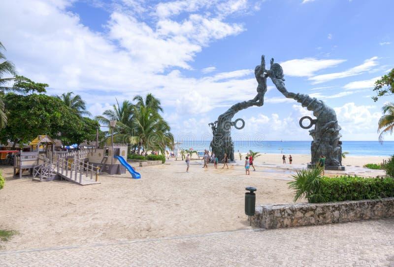 Beachfront Playa del Carmen och lekplats royaltyfria bilder