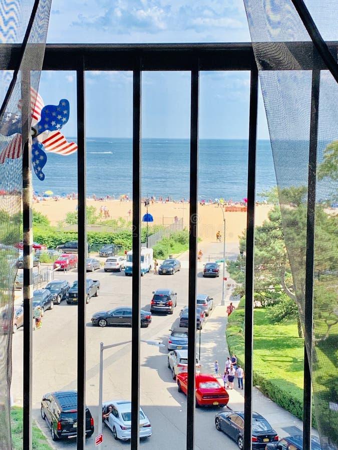 Beachfrontbalkon het zwemmen seizoen in New York stock afbeeldingen