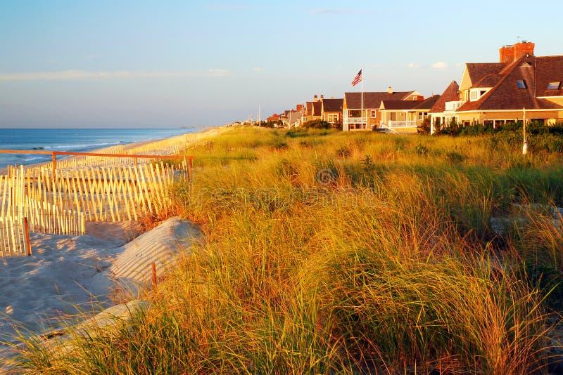 Beachfronthuizen op de duinen stock afbeeldingen