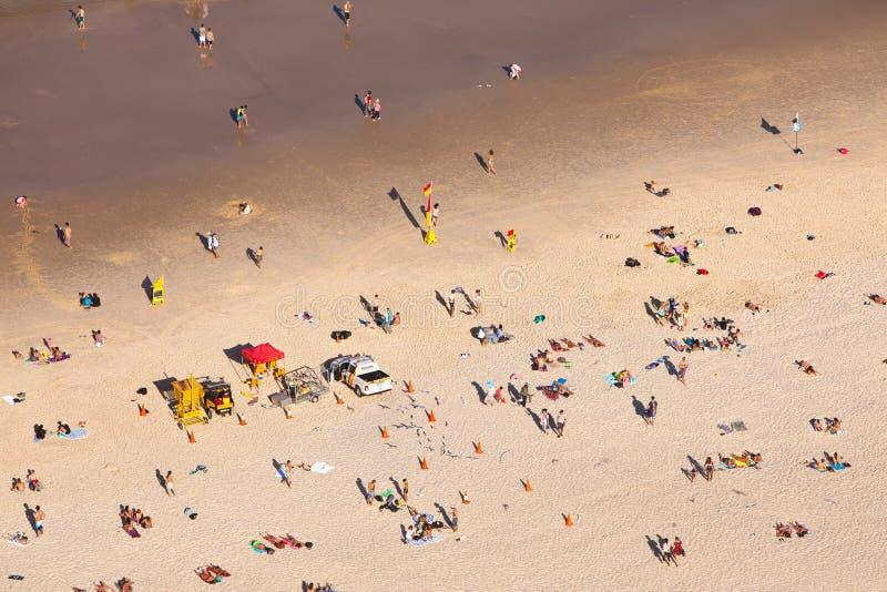 Beachgoers no paraíso Gold Coast Queensland Austrália dos surfistas imagem de stock