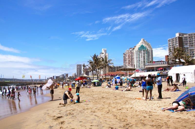 Beachgoers på Beachfront i Durban Sydafrika royaltyfri fotografi
