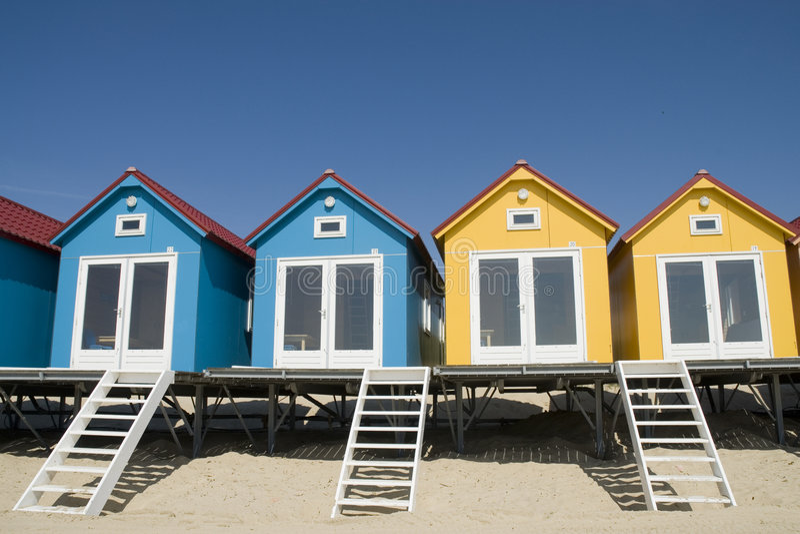 Beachhouses blau und gelb lizenzfreie stockfotos