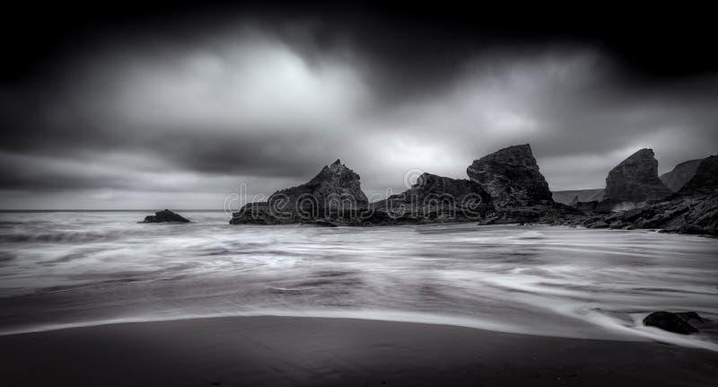 Beachscape virvlar, Bedruthan moment, Cornwall royaltyfria bilder