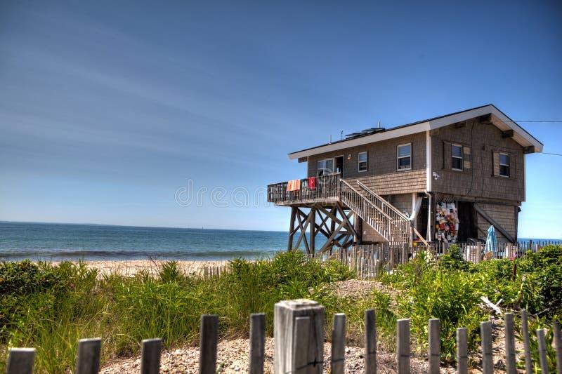 Beachside hem i Rhode - ö som ut ser på Atlanticet Ocean royaltyfria foton