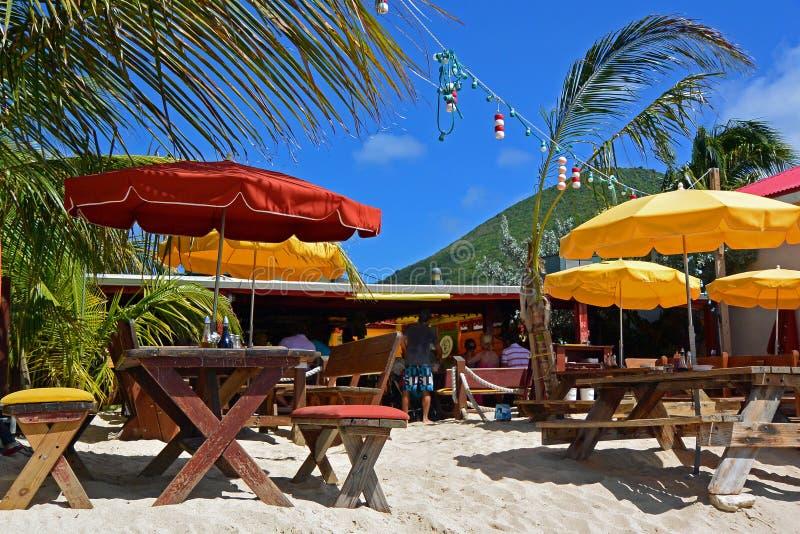 Beachside restaurang, storslaget fall, franska St Martin royaltyfri bild