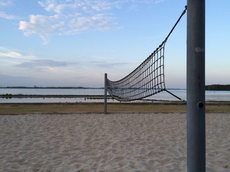Beachvolleybal netto tijdens zonsondergang stock afbeelding