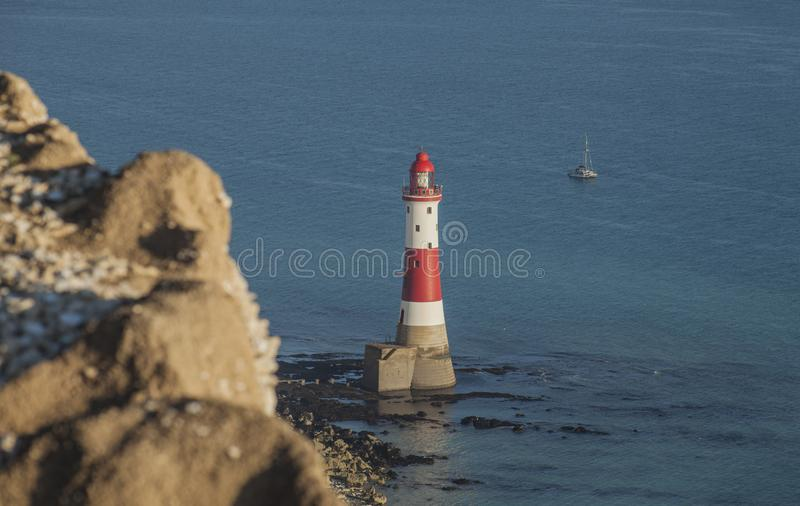 Beachy głowa, East Sussex, Anglia - falezy, latarnia morska, błękitny morze fotografia stock