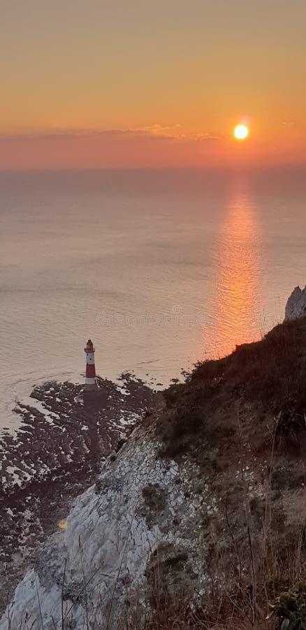 Beachy huvudfyr, Eastbourne, Sussex Solnedg?ng royaltyfria foton
