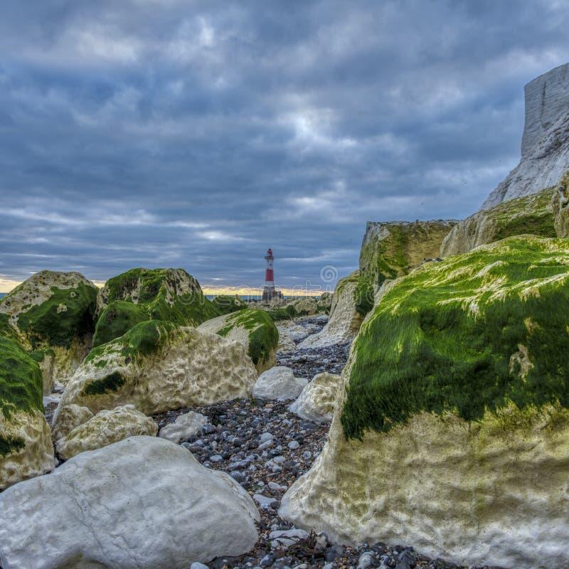Beachy huvudljus från stranden på en höstaftonsolnedgång med HDR som bearbetar, East Sussex, UK royaltyfri foto