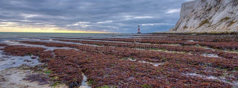 Beachy huvudljus fr?n stranden p? en h?staftonsolnedg?ng med HDR som bearbetar, East Sussex, UK royaltyfria foton