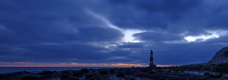 Beachy Kierownicza latarnia morska przy zmierzchem w błękitną godzinę, - zaszyta panorama przetwarzająca z HDR, East Sussex UK - zdjęcia stock