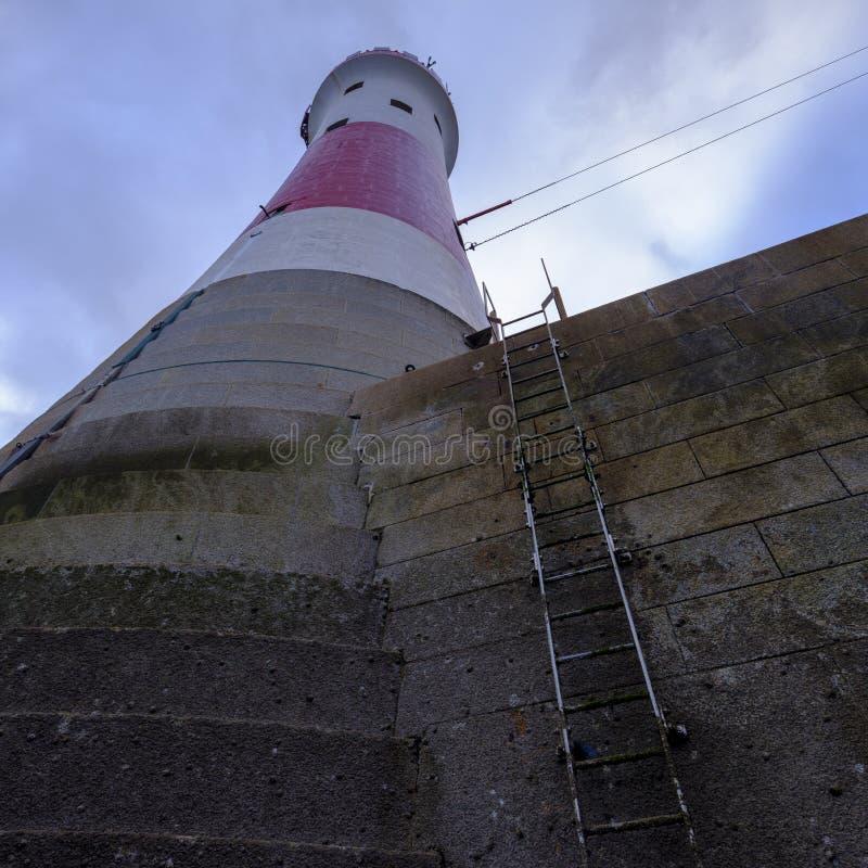 Beachy Kierownicza latarnia morska przy zmierzchem w b??kitn? godzin?, - zaszyta panorama przetwarzaj?ca z HDR, East Sussex UK - fotografia stock