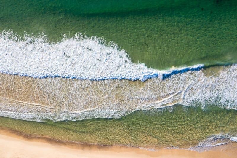 Beacking Wellen Dudley-Strandes - Newcastle NSW Australien lizenzfreie stockbilder