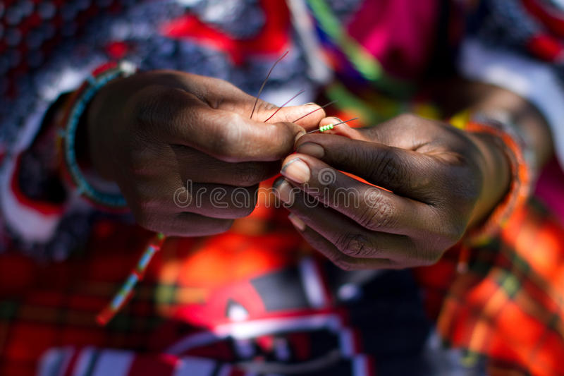 beading γυναίκα masai στοκ φωτογραφίες