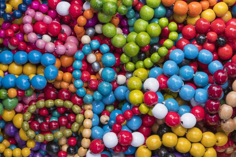 beads färgrikt trä arkivfoto