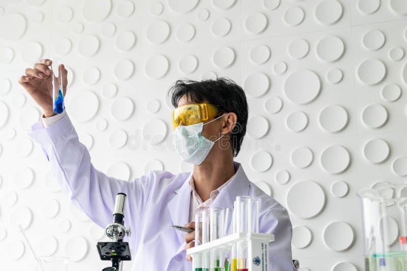 Beaker и красочная жидкость стоковые фото