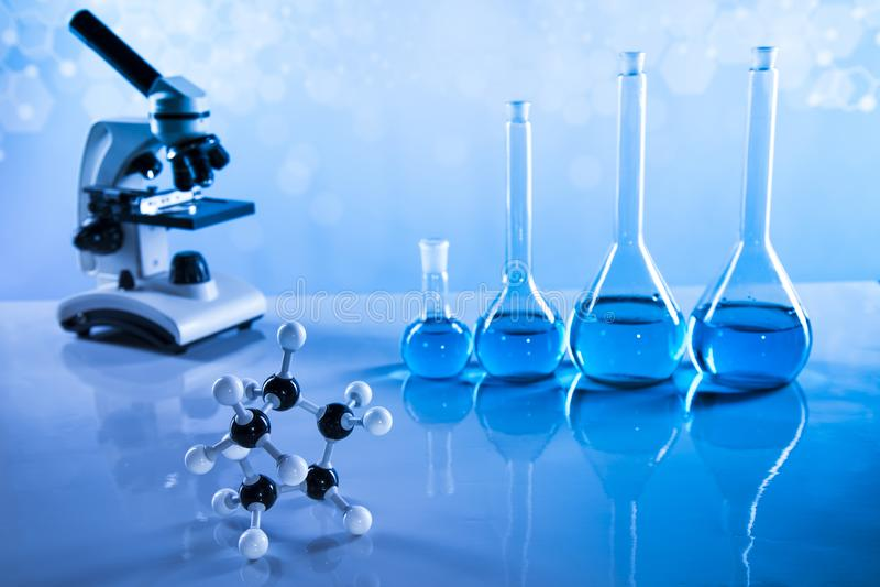 Beakers лаборатории, эксперимент по науки, голубая предпосылка стоковое изображение rf