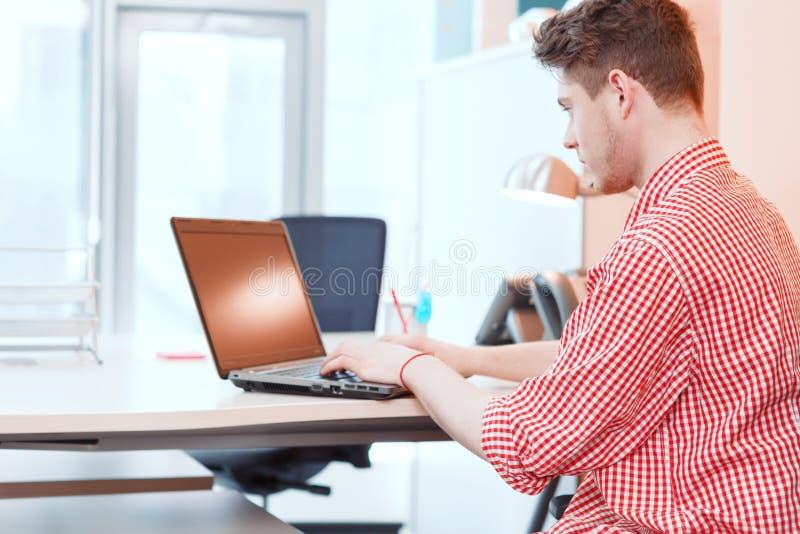 Beambte die aan computer in bureau werken royalty-vrije stock foto's