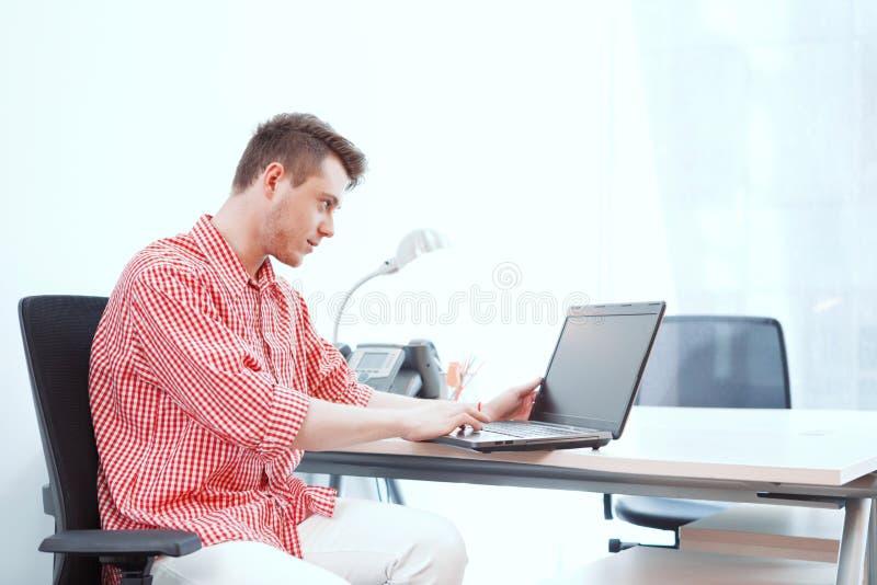 Beambte die aan computer in bureau werken stock foto's