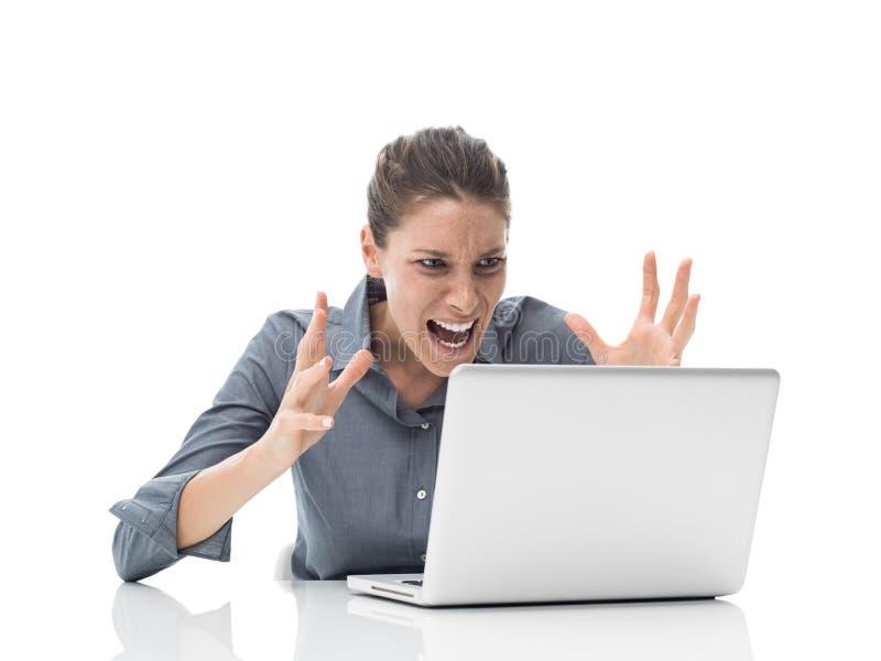 Beambte die bij de computer schreeuwen stock foto