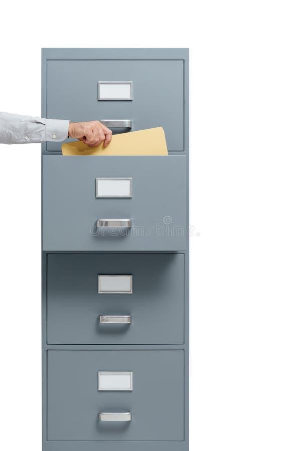 Beambte die een dossier van een archiefkast nemen royalty-vrije stock afbeelding