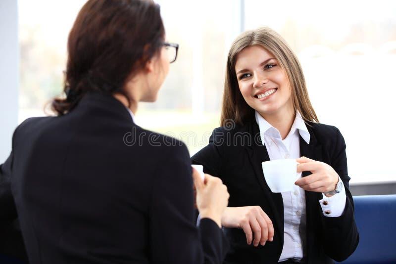 Beambten op koffiepauze, vrouw die van het babbelen genieten royalty-vrije stock afbeelding
