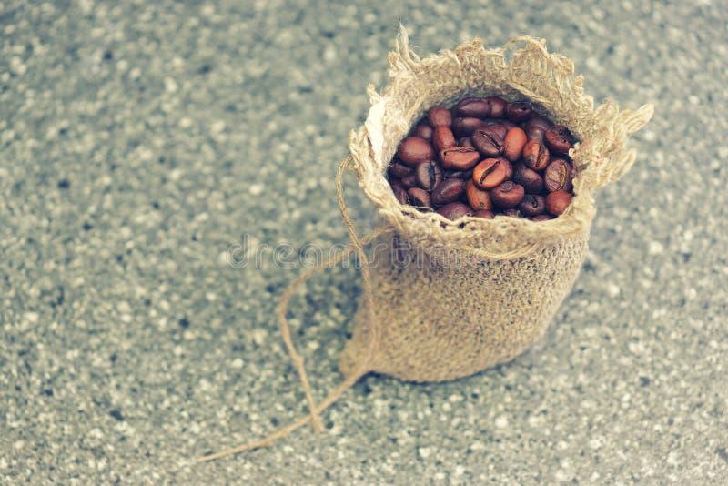 bean ?niadanie kawa idea? wyizolowa? makro nadmiar bia?ych Piec kawowe fasole w prostackiej wyplatającej torbie fotografia stock