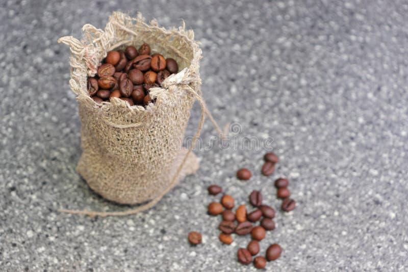 bean ?niadanie kawa idea? wyizolowa? makro nadmiar bia?ych Piec kawowe fasole w prostackiej wyplatającej torbie zdjęcie royalty free