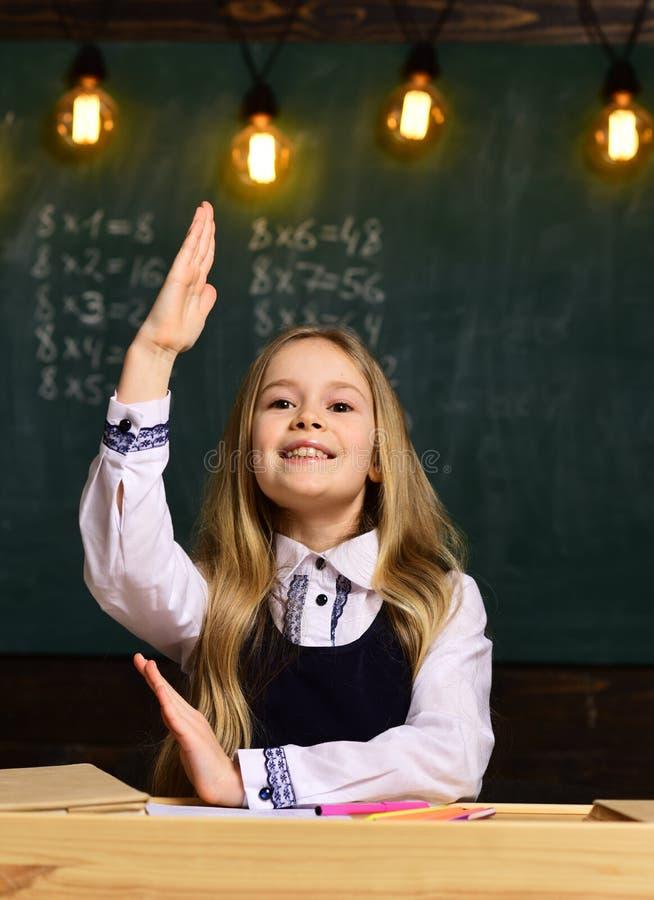 Beantworten Sie Frage kleines Mädchen beantworten Frage sie kennt Antwort, um zu fragen Antwort- und Fragenkonzept stockfotos