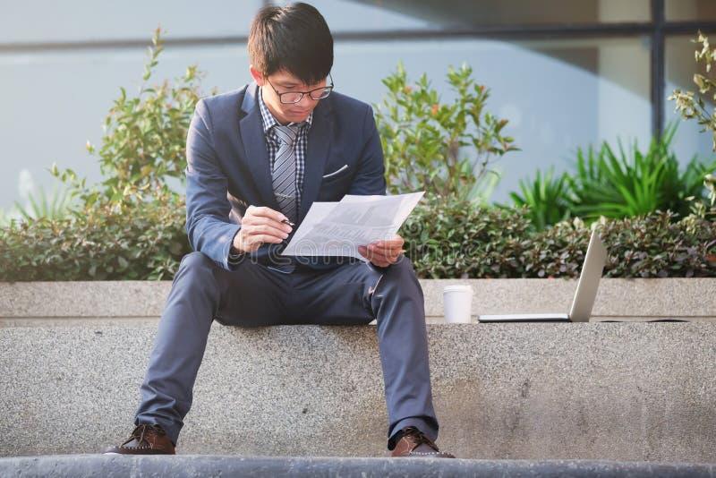 Bearbeiten des Geschäftskonzeptes des äußeren und beweglichen Büros lizenzfreies stockfoto
