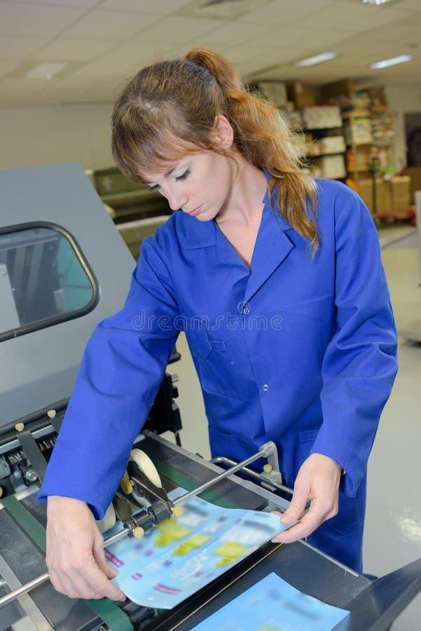 Bearbeiten einer Druckmaschine stockfotos
