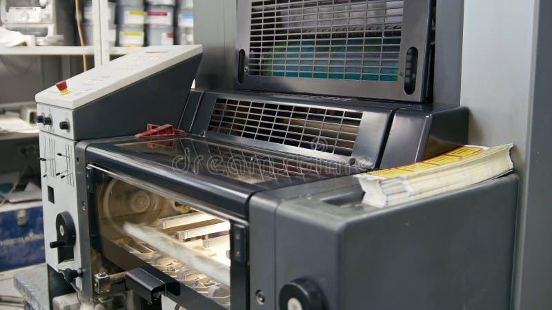 Bearbeiten Sie das Arbeiten im Druckhaus, Polygraphindustrie - Reinigungsanlage, Vorderansicht maschinell lizenzfreie stockfotografie