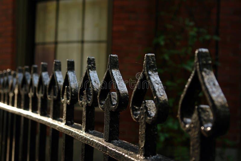Bearbeitetes Eisen-Zaun der Spaten lizenzfreie stockfotografie