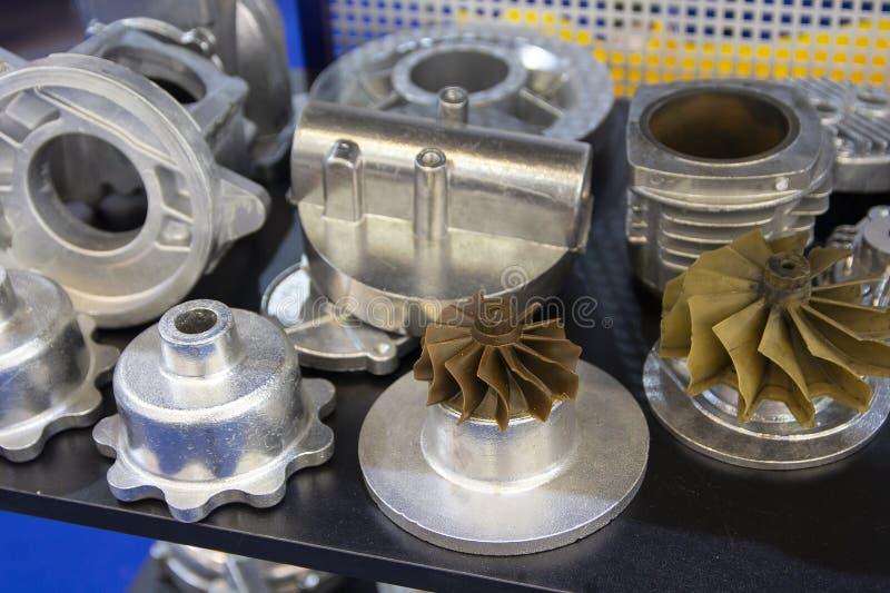 Bearbeta av aluminiumdelar för injektionstöpningen för maskinlära arkivfoton