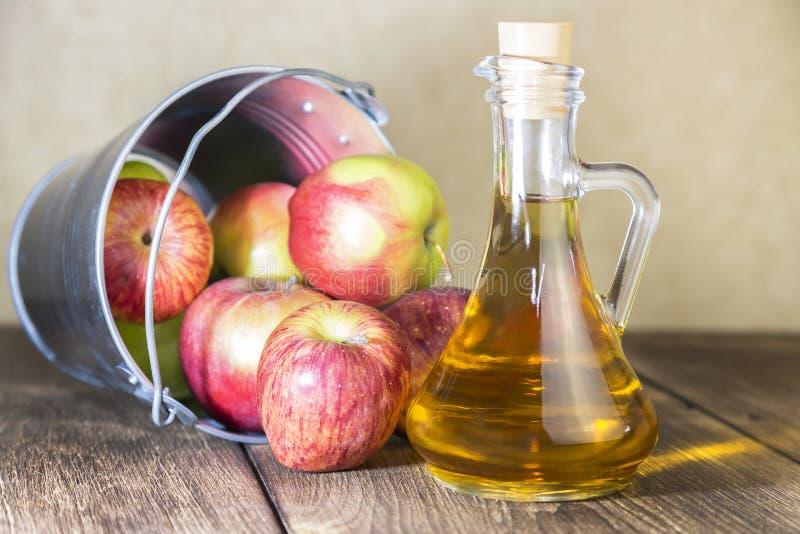 Bearbeta av en jordbruks- skörd av röda och gröna äpplen Hem- på burk som är sund bantar vegetarisk mat Äppelcidervinäger, frukts fotografering för bildbyråer