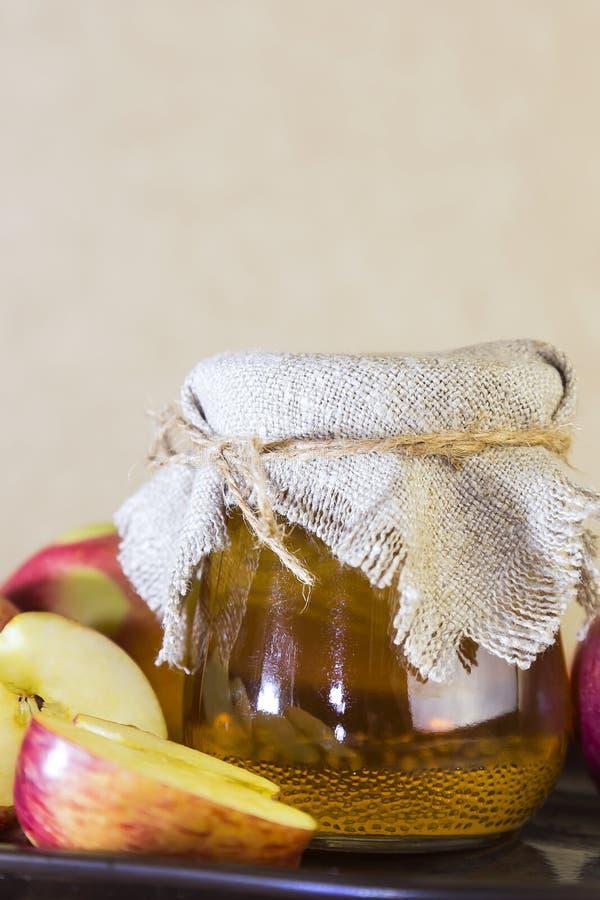 Bearbeta av en jordbruks- skörd av röda och gröna äpplen Hem- på burk som är sund bantar vegetarisk mat Äppelcidervinäger, frukts arkivbild