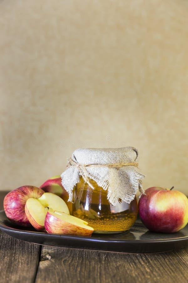 Bearbeta av en jordbruks- skörd av röda och gröna äpplen Hem- på burk som är sund bantar vegetarisk mat Äppelcidervinäger, frukts royaltyfri fotografi