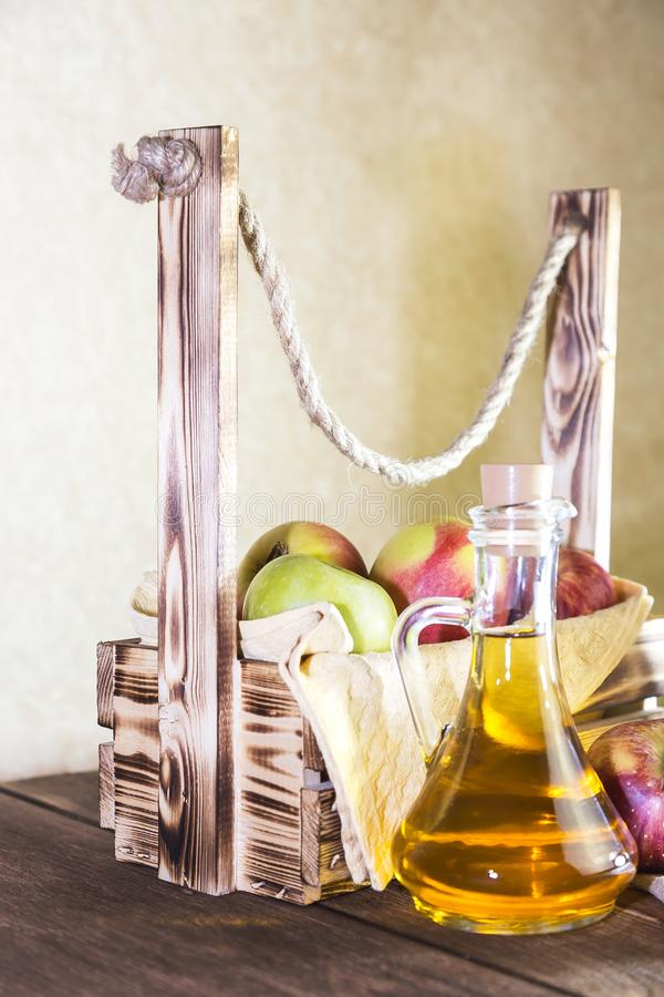 Bearbeta av en jordbruks- skörd av röda och gröna äpplen Hem- på burk som är sund bantar vegetarisk mat Kryddad äppelcidervinäger fotografering för bildbyråer