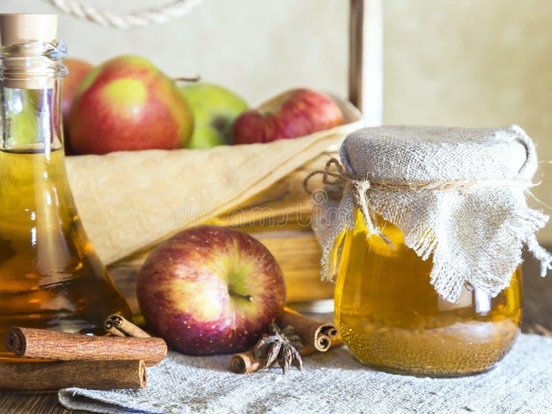 Bearbeta av en jordbruks- skörd av röda och gröna äpplen Hem- på burk som är sund bantar vegetarisk mat Kryddad äppelcidervinäger royaltyfri bild