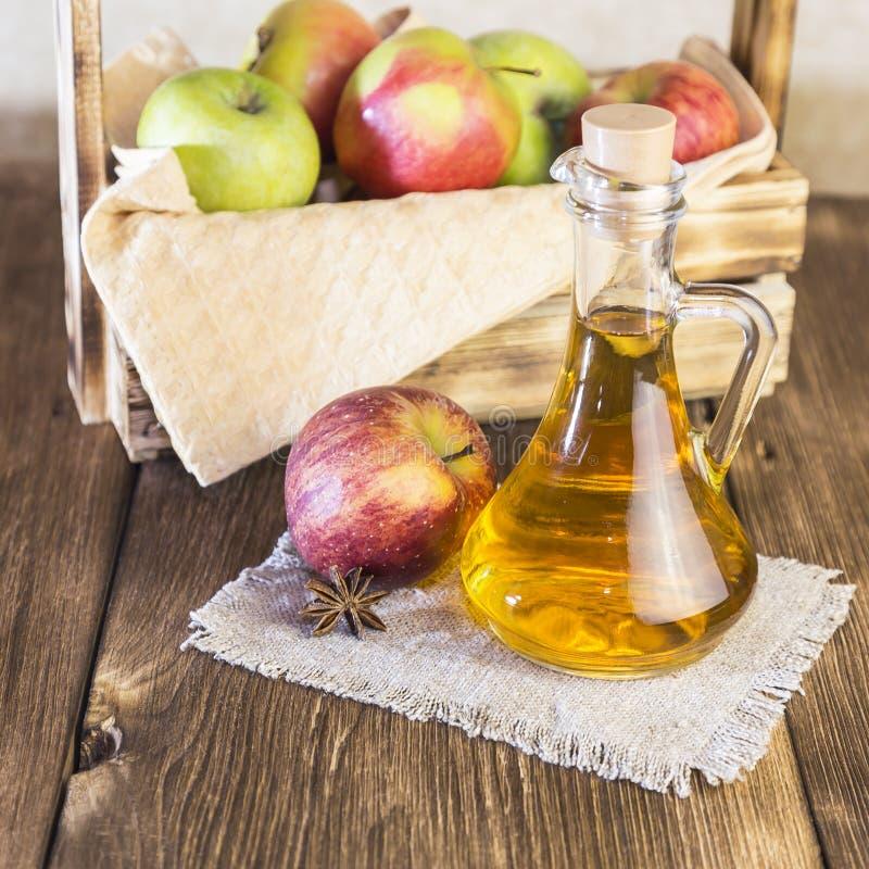 Bearbeta av en jordbruks- skörd av röda och gröna äpplen Hemlagade förberedelser som är sunda bantar vegetarisk mat Kryddat äpple royaltyfri bild