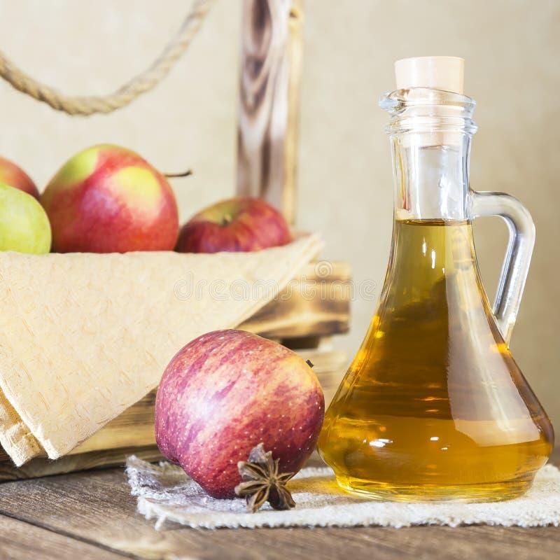 Bearbeta av en jordbruks- skörd av röda och gröna äpplen Hemlagade förberedelser som är sunda bantar vegetarisk mat Kryddat äpple arkivfoton