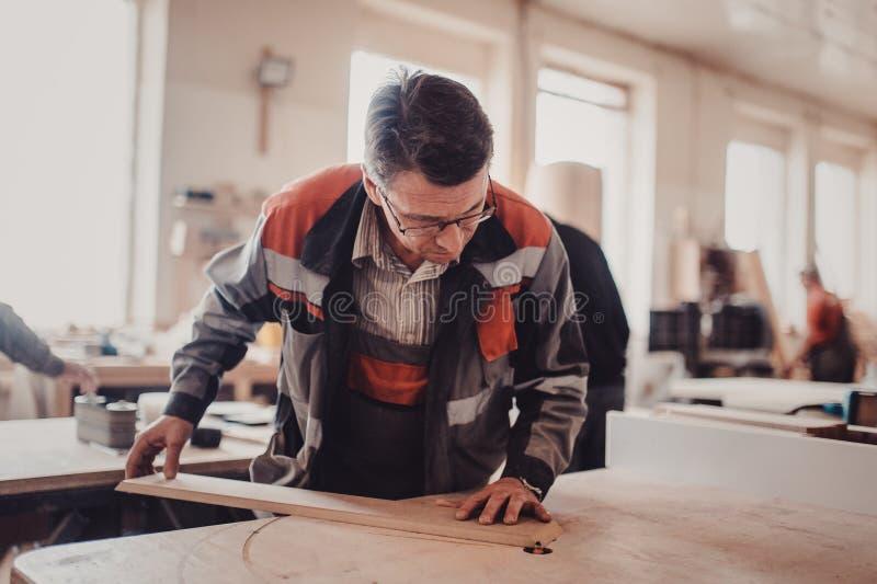 Bearbeta av en möblemangdel vid en maskin för polering av ett träd arkivbild