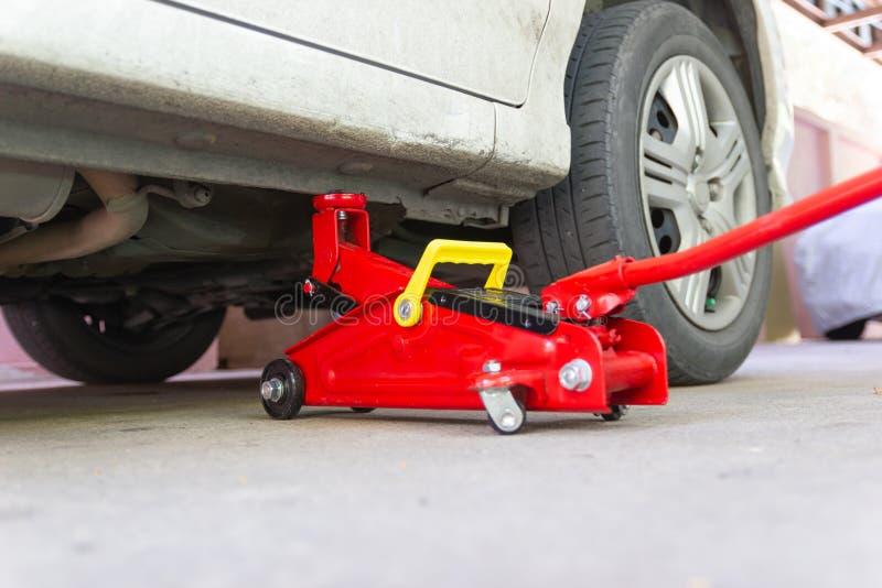 Bearbeta bilen f?r st?larelevatorn f?r underh?ll av bilar royaltyfri fotografi