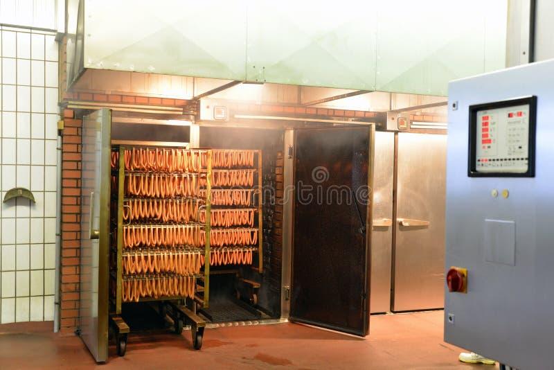 Bearbeta för kött - produktion av korvar i en fabrik arkivfoto