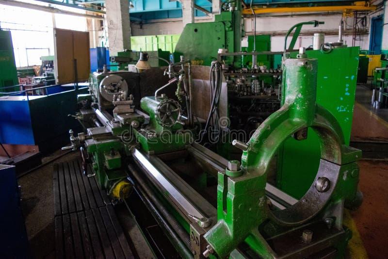 Bearbeta med maskin av metall, genom att klippa på en vända och malningmaskin arkivfoton