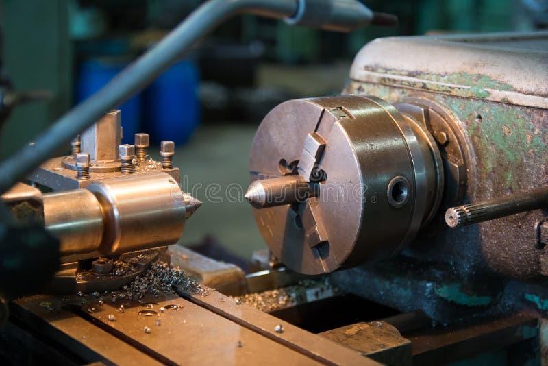 Bearbeta med maskin detaljen på metalldrejbänken royaltyfri bild