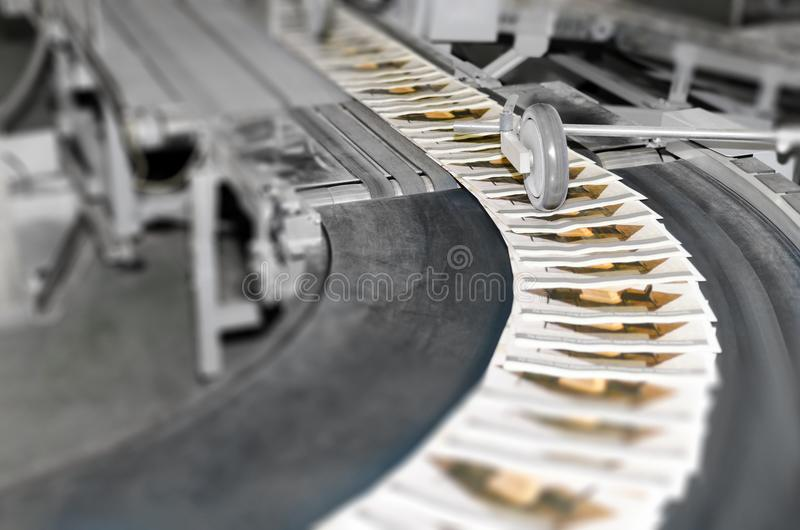 Bearbeta med maskin lind för en press i en modern printingfabrik fotografering för bildbyråer