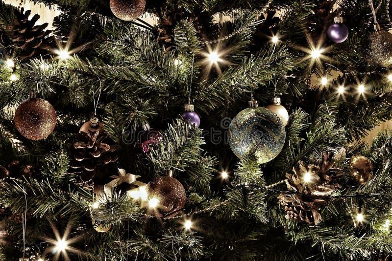Bearbetad skrivbords- tapet för foto för dator, telefon och minnestavla Ett härligt träd för nytt år med rilands och ljus olgni i arkivfoto