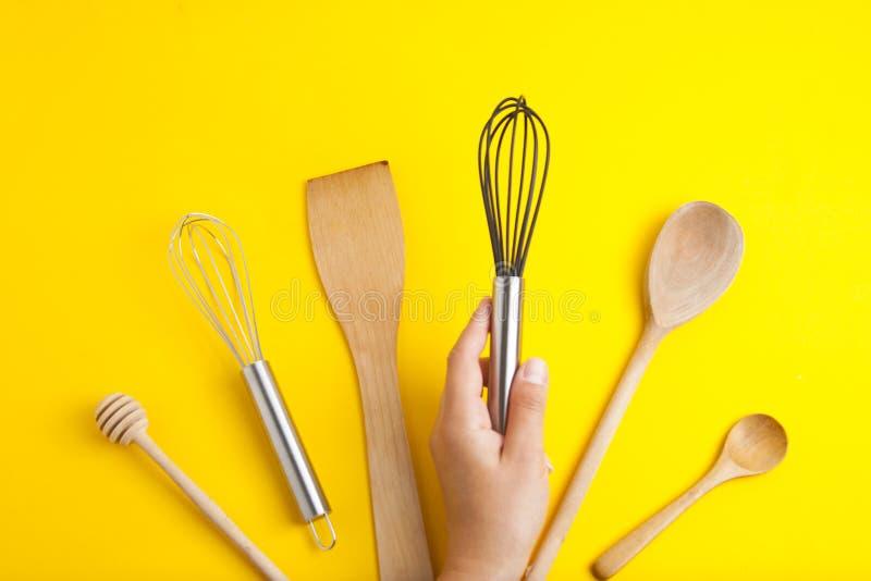 Bearbetar bakelsekök som är utensile för att laga mat efterrätten, över gul bakgrund med kopieringsutrymme, stilleben Top beskåda royaltyfri bild