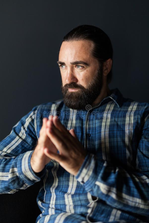 Beard belo homem concentração, retrato frio Pensar foto de stock royalty free